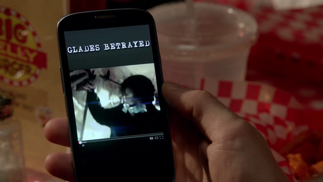 File:Glades Betrayed on Oliver's phone.png