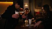Dziewczyna niezdarnie zaczepia Harry'ego i Caitlin w CC Jitters (1)