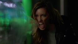 Laurel atacando Oliver, Felicity e Rory