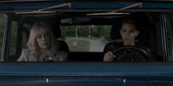 Kate e Alice em um carro