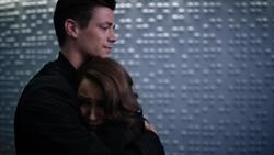 Nora abraçando Barry antes da explosão