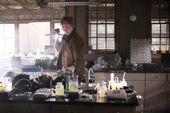 Jason investiga el laboratorio de Alec