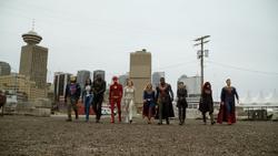 Os heróis prestes a batalhar o Anti-Monitor