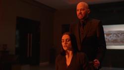 Lex le muestra a Lena el Metropolis bajo un sol rojo