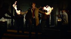 John Constantine produzindo fogo de suas mãos