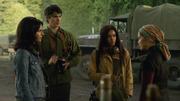 Amaya, Ray i Zari rozmawiają z Anh Ly