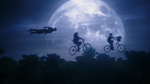 Zari, młody Ray i Atom lecą rowerami na tle księżyca