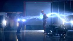Farooq utilizando sus poderes contra Barry