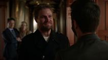 Oliver retorna à Mansão Queen