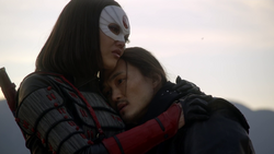 Tatsu sostiene a Maseo