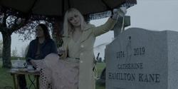 Mouse y Alice profanan la tumba de Catherine