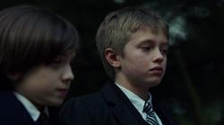 Oliver y Tommy en el funeral de Rebecca