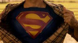 Superman mostrando seu emblema