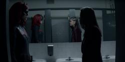 Batwoman confrontando Parker Torres