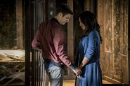 The-Flash-Flashpoint-Barry-and-Iris-hold-hands