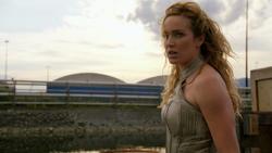 Sara Lance enfrentando Damien Darhk