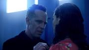 Clifford informuje Marlize, że nie ma miejsca na uczucia w ich planie