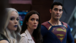 Superman at the briefing on the Waverider after finding the last Paragons