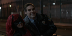 Batwoman salva por um policial
