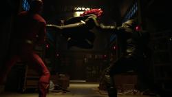 Batwoman subjugando o Arqueiro Verde e Flash