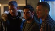 Ray Terrill i Leo Snart przedstawiają generałowi Schottowi bohaterów Ziemi-1 (6)