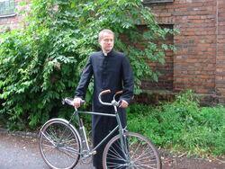 Ojciec Mateusz z nieodłącznym rowerem