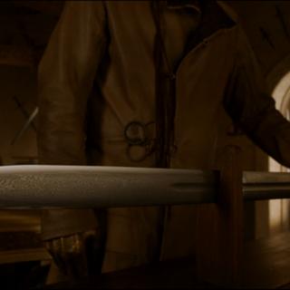 """詹姆将一把剑交给布蕾妮,布蕾妮将其命名为""""守誓剑""""。"""