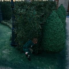 Arno se cachant à la vue du garde