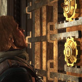 Edward insérant la <b>clé</b> de Du Casse dans l'une des serrures