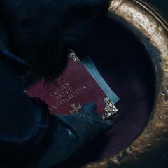 Le conseiller déposant le Codex dans la crypte