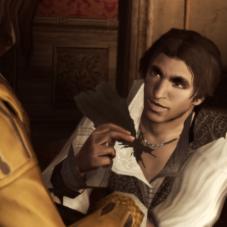 Ezio geeft de veren aan Petruccio.