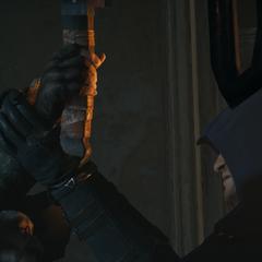 Aloys tentant d'attaquer Arno.