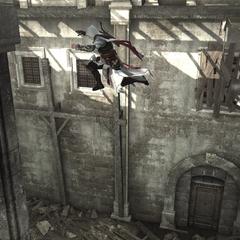 Ezio sautant à travers la salle