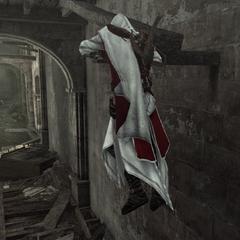 Ezio se hissant sur une plateforme