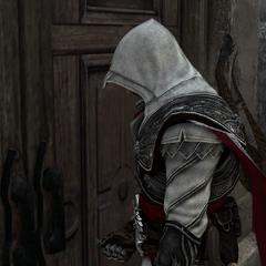 Ezio ouvrant la porte arrière du château grâce à la clé de Pietro