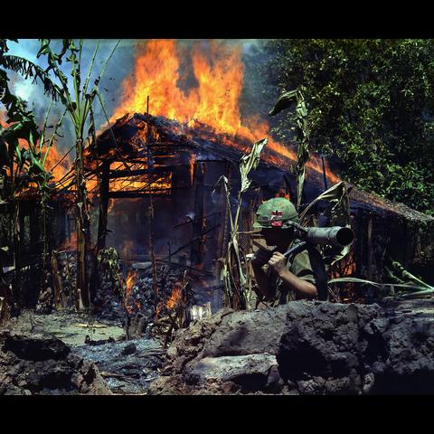美国军队在春节攻势期间烧毁了一间小屋