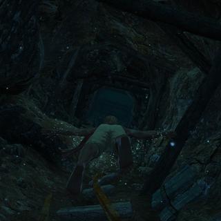 Edward nageant à travers les grottes sous-marines