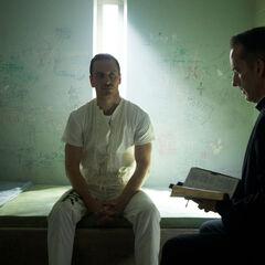 Callum Lynch opgesloten in een cel