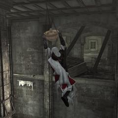 Ezio se balançant autour d'une colonne à l'aide d'une lanterne
