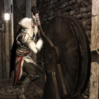 Ezio actionnant un levier