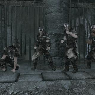 De volgelingen maken zich klaar om te vechten.