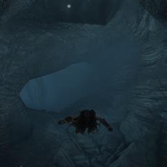 艾芙琳游过一个水下洞穴