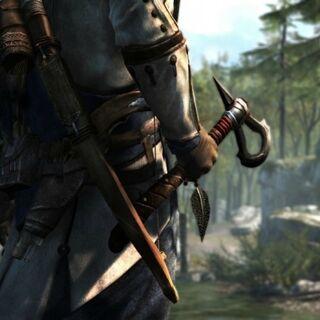 Ratonhnhaké:ton segurando um tomahawk.