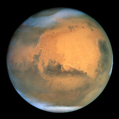 Mars widziany z teleskopu Hubble'a. Czapy lodowe w pobliżu biegunów wskazują na zimę
