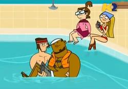 TDI Tyler salva DJ in piscina