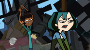 Mal:Mike cerca di colpire Gwen TDAS