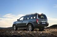 2011-Nissan-Pathfinder-Navara-6