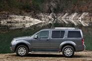 2011-Nissan-Pathfinder-Navara-8