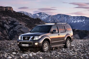 2011-Nissan-Pathfinder-Navara-9