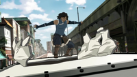 Korra utilise sa maîtrise du métal sur un van